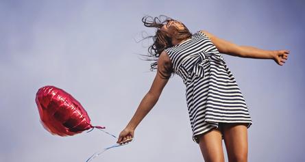 Žena s balónkem
